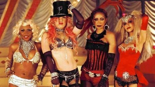 'Lady Marmalade' 뮤직비디오 속 한 장면. 왼쪽부터 릴 킴, 핑크, 마야, 크리스티나 아길레라.
