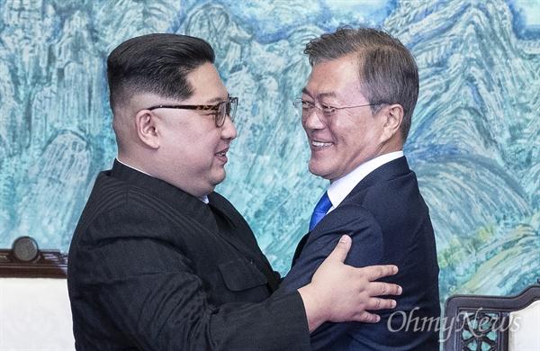 남-북 정상, '판문점 선언' 포옹 문재인 대통령과 김정은 국무위원장이 27일 오후 판문점 남측 평화의 집에서 열린 '2018 남북정상회담'에서 '판문점 선언'에 서명한 뒤 포옹하고 있다.
