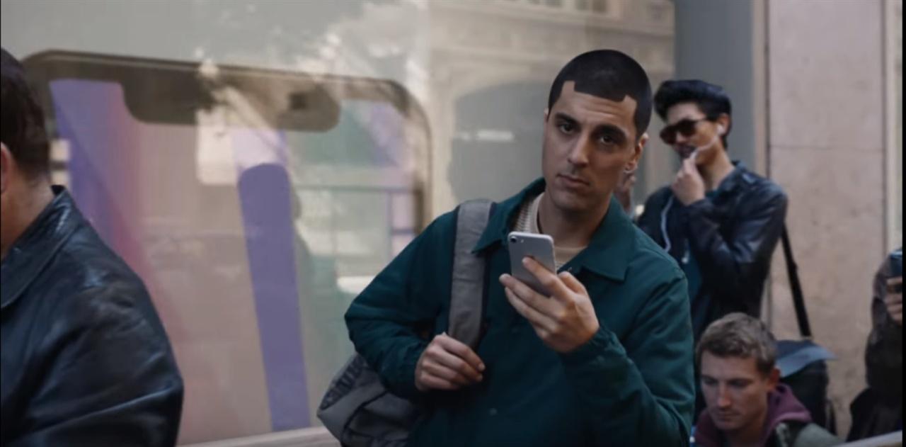 애플을 조롱했던 삼성의 광고 'Samsung Galaxy : Growing Up' 중에서 남성의 머리가 애플의 아이폰X의 노치와 유사하다