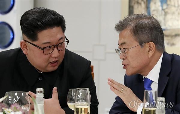 머리 맞댄 남-북 정상 문재인 대통령과 김정은 국무위원장이 27일 오후 판문점 평화의 집에서 열린 2018남북정상회담 환영만찬에서 머리를 맞대고 이야기를 나누고 있다.