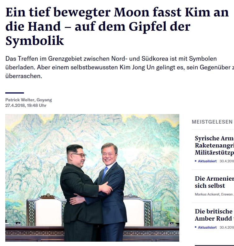 """""""남북 정상 뜨겁게 포옹"""" 스위스 '아르가우어 차이퉁 (Aargauer Zeitung)'지는 '김정은과 문재인이 세계를 놀라게 했다-한국 전문가 회의적 시각을 드러내다'란 기사에서 """"남북정상회담에서 한국의 대통령과 북한의 권력자는 올해 말까지 평화협정을 맺기로 합의했다""""면서 70년간의 긴장 후에 두 국가는 이제 화해하게 됐다""""고 보도했다."""