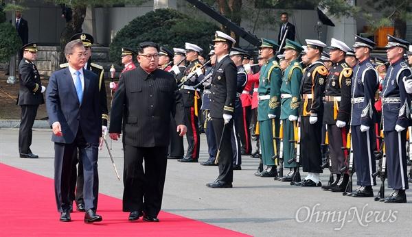 사열받는 남-북 정상 문재인 대통령과 김정은 국무위원장이 27일 오후 판문점 평화의 집 앞에서 열린 '2018남북정상회담 환영행사'에서 국군의장대 사열을 받고 있다.