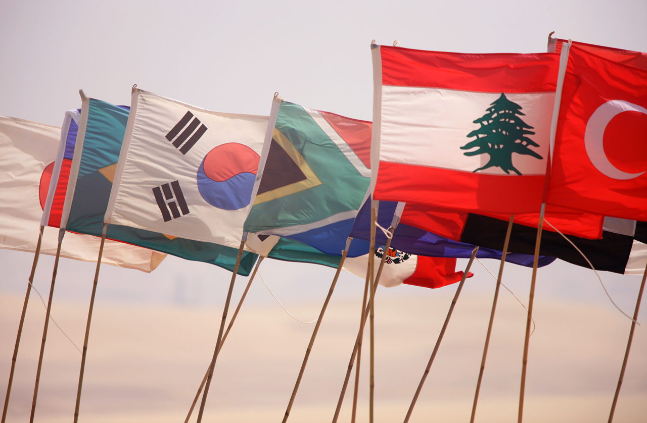 나는 국가대표! 펄럭이는 36개 출전국의 국기들