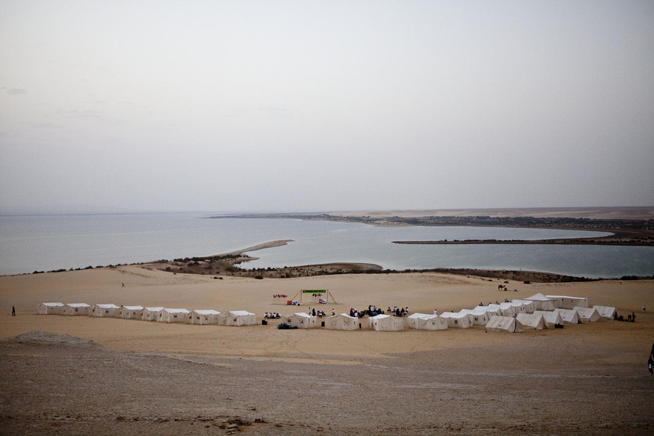 카이로 서부 건천지역 호숫가에 설치된 첫 번째 베이스캠프