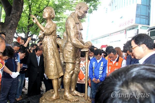 5월 1일 오후 창원 정우상가 앞에서 '일제 강제동원 노동자상 건립 제막식' 뒤 참가자들이 묵념하고 있다.