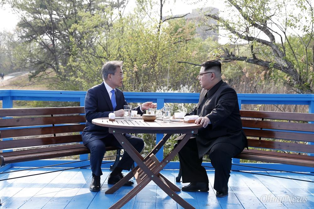 문재인 대통령과 김정은 국무위원장이 '도보다리'에서 산책하며 친교의 시간을 갖고 있다(사진=한국공동사진기자단).