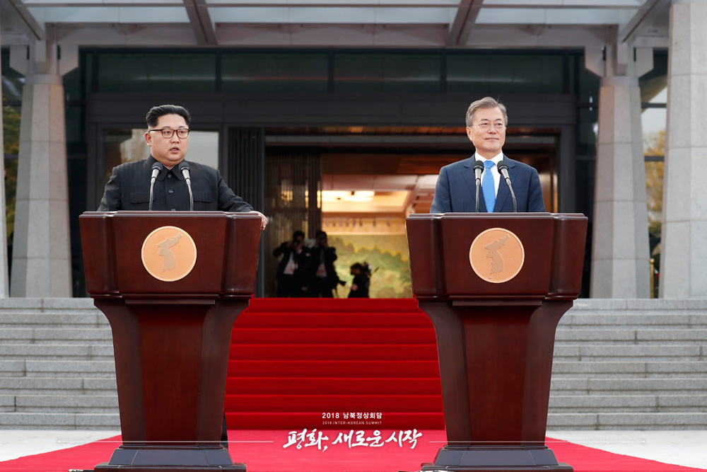지난달 4월 27일 정상회담 결과를 발표하는 문재인 대통령과 김정은 국무위원장(사진=청와대).