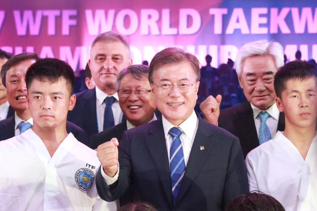 2017년 전북 무주에서 열린 세계태권도선수권대회에 참석한 문재인 대통령이 북한 ITF 태권도 선수들과 함께 기념촬영을 하고 있는 모습.