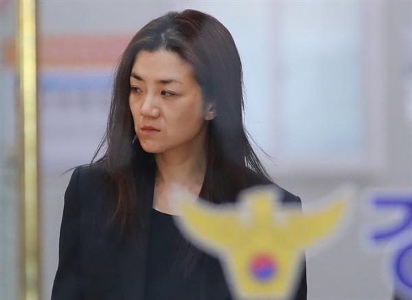 조사 마치고 귀가, 조현민  '물벼락 갑질' 논란으로 경찰 조사를 받은 조현민 전 대한항공 광고담당 전무가 2일 오전 서울 강서경찰서에서 조사를 마친 뒤 귀가하고 있다.