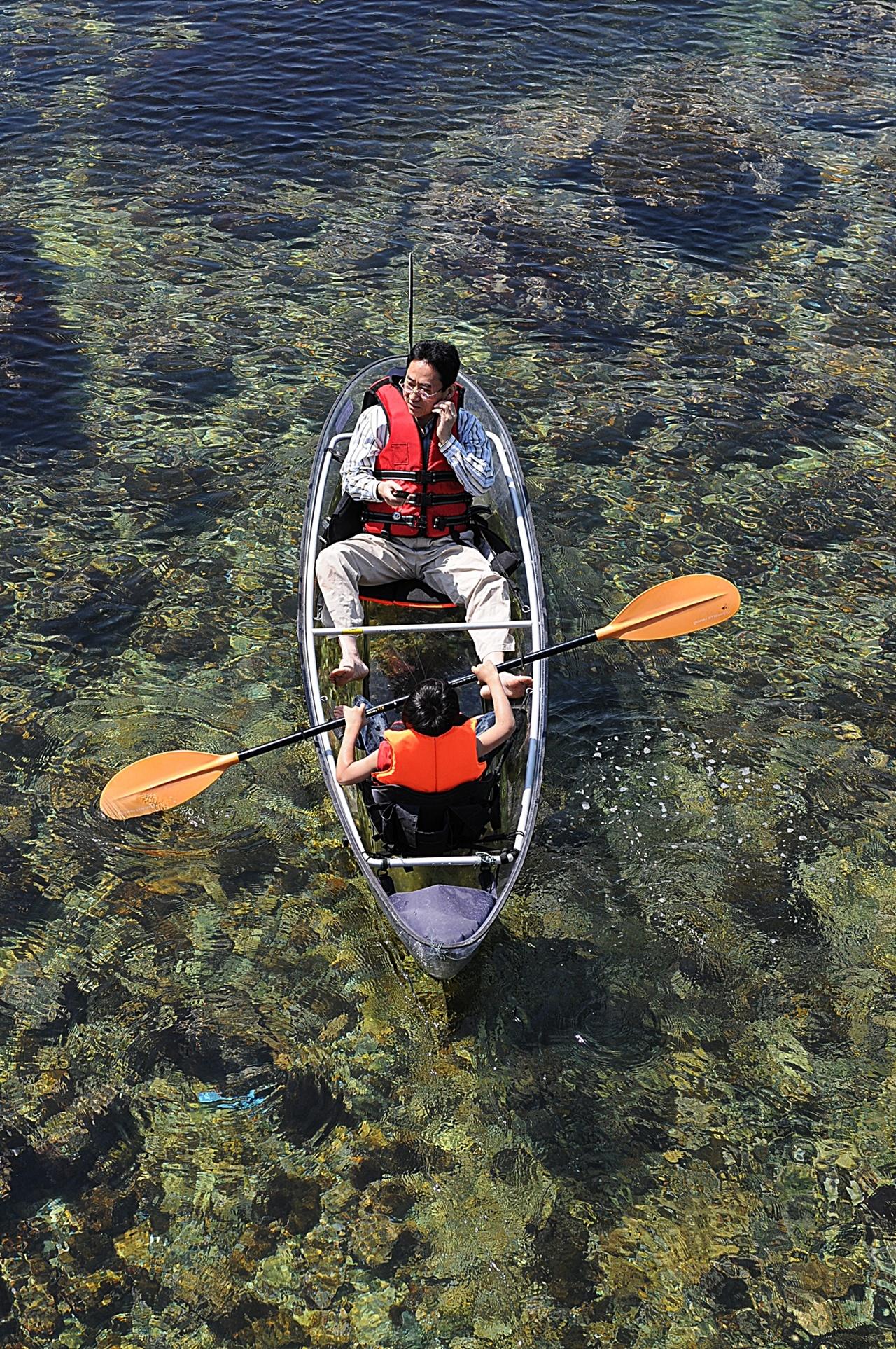 투명카누체험  장호마을의 차별화된 체험. 캐나다에서 카누를 들여와 체험을 실시하기까지 숱한 시행착오를 겪었다고 한다.
