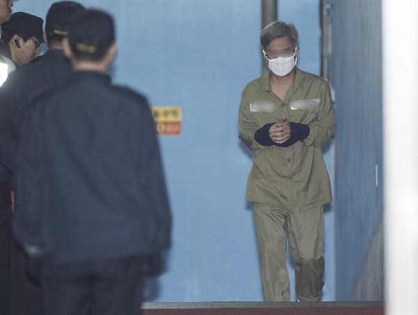 네이버 댓글 여론조작 혐의를 받는 파워블로거 '드루킹' 김모(49)씨가 2일 오전 서초구 서울중앙지법에서 열린 첫 공판을 마친 뒤 호송차로 향하고 있다.