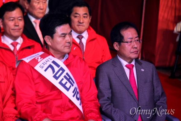 2일 오후 창원컨벤션센터에서 열린 자유한국당 지방선거 필승결의대회에 참석한 홍준표 대표와 김태호 경남지사 후보가 같이 앉아 있다.