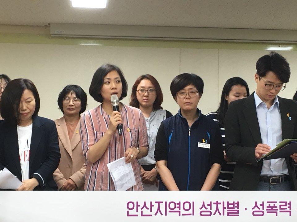 미투운동과 함께하는 안산공동행동 출범 기자회견 사)안산여성노동자회 이현선 회장이 공동행동의 출범 취지를 발언 중이다.