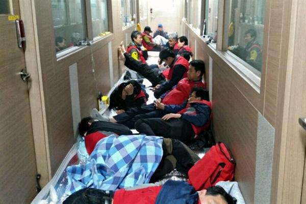 '공임비 2천원 인상'을 요구하며 일주일째 탠디 본사 점거 농성에 나선 제화 노동자들.