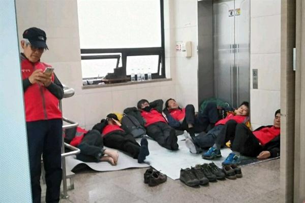 일주일째 탠디 본사 점거농성중인 제화 노동자들.