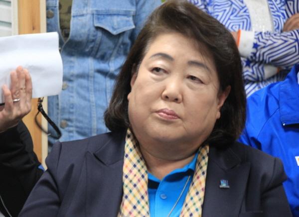 김영숙 후보가 1일 열린 민주당 경주당원 모임에서 심각한 표정으로 앉아 있다.