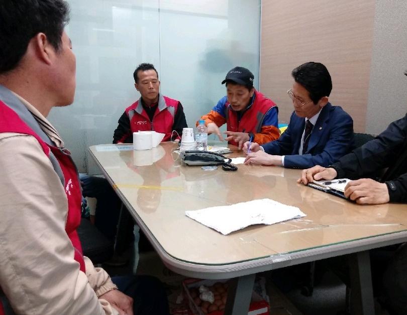 윤소하 정의당 의원이 2일 탠디 본사에서 제화노동자들과 만나 이야기를 나누고 있다.