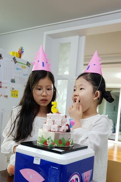 콩콩이의 생일 파티 지난달 19 일 다섯번째 생일 파티를 했다. 전 날 부터 들뜬 손녀를 보니 덩달아 즐겁다. 이런 잔치는 아이들 뿐만 아니라 어른들도 흥이 난다. 명절 외에는 모일 수 없는 가족의 모임이 자연스럽게 이뤄진다. 아이들과 함께 하면 언어도 순화되고... 소통도 할 수 있어서 좋은 기회가 아닌가 싶다.