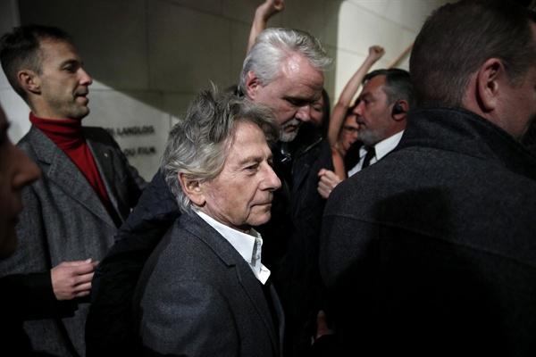 시위대와 맞닥뜨린 폴란스키 감독 2017년 10월 30일(현지시간) 프랑스 파리 시네마테크 건물에 폴란드계 프랑스 영화감독 로만 폴란스키가 도착하자 시위자들이 구호를 외치고 있다. 폴란스키는 이날 자신의 회고전을 위해 파리에 도착했다.   폴란스키는 1977년 당시 미성년자였던 사만다 게이머를 성폭행한 것으로 알려졌으며, 그 이후 유럽으로 도망쳐 도피 생활을 해왔다. 게이머는 최근 법원에 사건 종결을 탄원한 것으로 알려졌다.