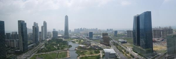"""""""인천경제자유구역청"""" 인천경제자유구역청은 세계적 기업의 유치를 통해 동북아 비즈니스 중심 도시로의 도약 발판을 마련하고 있다."""