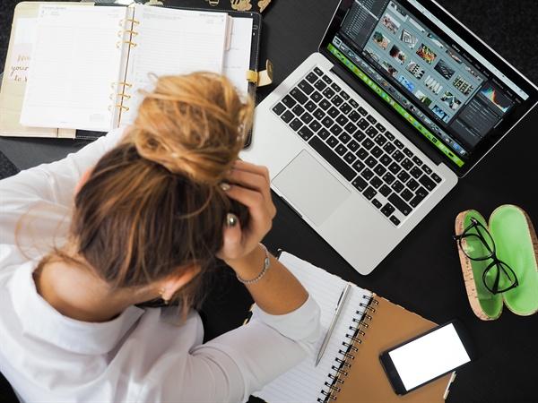 직장 내 괴롭힘을 정신적인 재해로 보고 산업재해로 인정해야 한다는 주장이 나오고 있다.