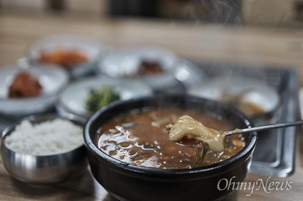 섭국과 꾹저구탕(뚜거리탕)은 국거리 차이가 있어 맛은 다르지만, 육수에 고추장을 풀어 끓여낸 모양새는 같았다.