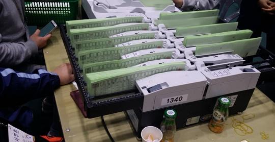20대 총선 당시 투표지분류기 여수 20대 총선 개표 당시 한 투표지분류기