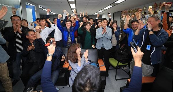 YTN 최남수불신임 투표 55%로 과반 넘어 4일 오후 서울 상암동 YTN사옥에서 YTN 노조원들이 개표 결과를 확인한 뒤 환호하고 있다. 이날 최남수 YTN 사장에 대한 중간 평가는 '불신임'으로 나왔다. 개표 결과 YTN 정규직 직원 653명(재적 인원) 중 650여명이 투표에 참여해 과반이 불신임에 표를 던졌다. 이번 중간 투표는 재적 인원 과반이 불신임하면 최 사장이 사퇴하는 조건으로 진행됐다.