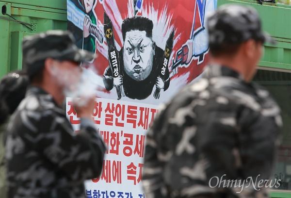 탈북자단체, 대북전단 살포 시도 자유북한운동연합 대표와 탈북자단체 회원들이 5일 오전 경기도 파주 오두산통일전망대 주차장에서 대북전단 살포 기자회견을 연 가운데, 군복을 입은 탈북자들이 기자회견을 지켜보고 있다.