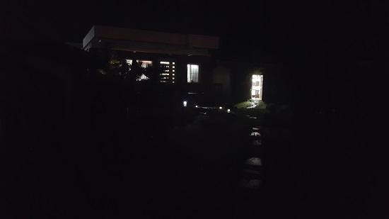 시골의 고향집이라 밤에는 사위가 깜깜하다