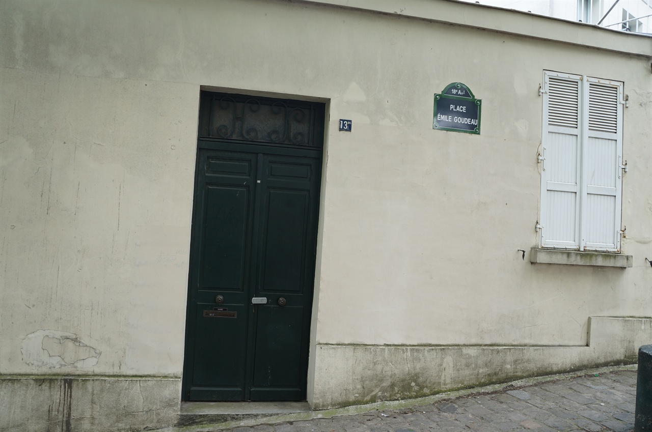 에밀구도광장 피카소의 아틀리에가 있던 라비냥로 13번지는 존재하지 않고, 실제 있는것은 에밀구도광장(Place Emile Goudeau) 13번지였다.
