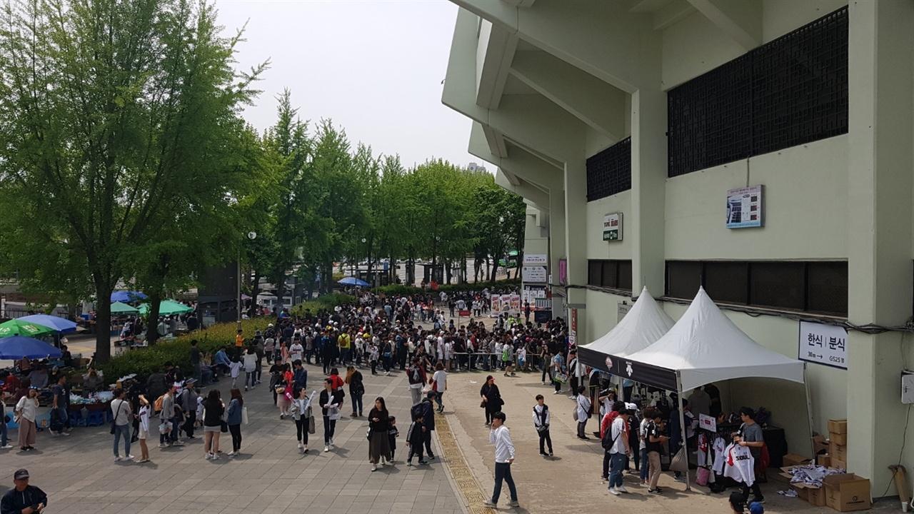지난 5일 두산-LG전이 열린 잠실구장. 경기 전부터 많은 관중들이 잠실구장으로 발걸음을 옮겼다.