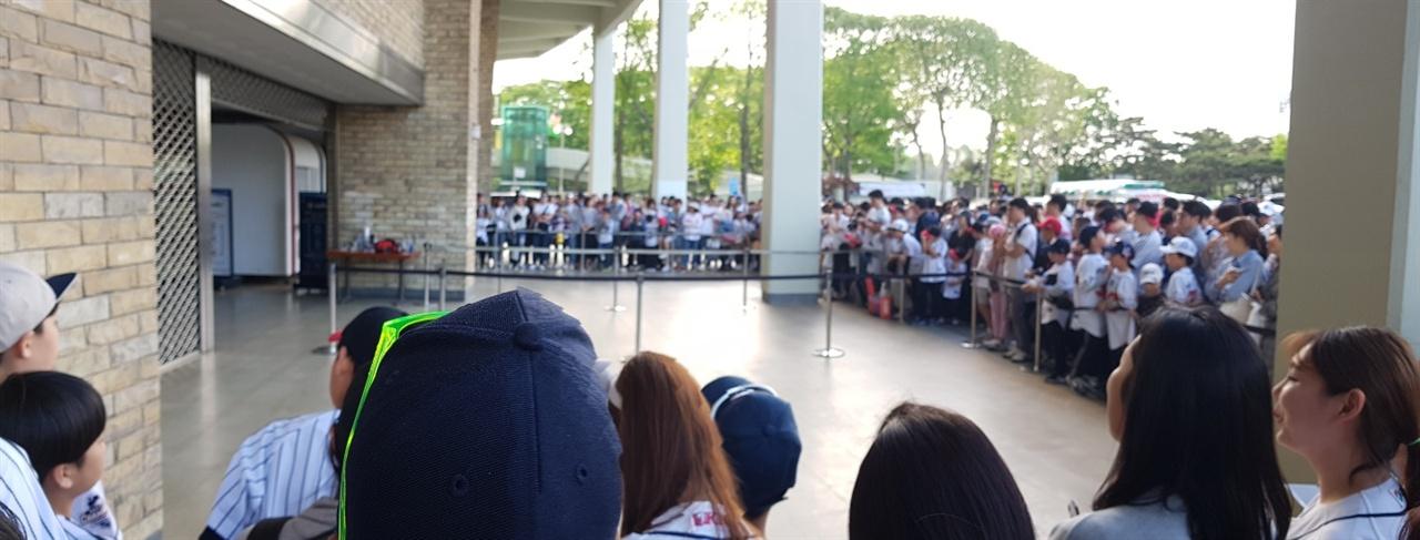 경기 후 선수들을 기다리는 야구팬들 5일 두산-LG전이 마무리된 이후 잠실구장 중앙출입문에서 팬들이 대기하고 있다. 이유는 딱 한 가지, 선수들을 기다리기 위해서이다.