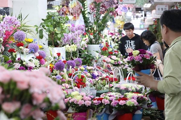 어버이날을 하루 앞 둔 7일 오후 서울 중구 남대문꽃시장에서 상인들이 카네이션 꽃바구니를 진열하고 있다.