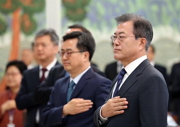 국기에 경례하는 문재인 대통령 문재인 대통령이 8일 오전 청와대에서 열린 국무회의에서 국기에 경례하고 있다.