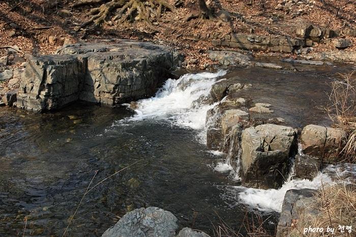 탁영대 계정 북쪽에 작은 폭포를 이루어 갓끈을 씻는 곳이라는 의미이다.