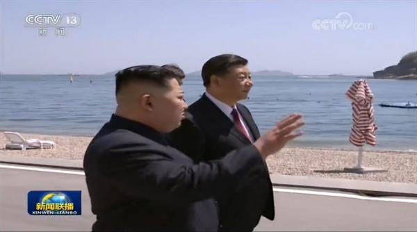 김정은 북한 국무위원장과 시진핑 중국 주석이 중국 다롄의 휴양지 방추이다오(棒槌島) 해안가를 거닐며 대화를 나누고 있다.