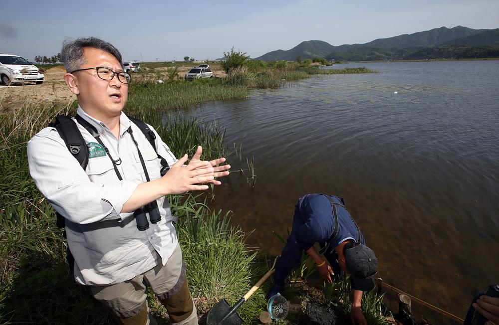저서생물 전공자인 박정호 교수가 낙동강에서 발견된 붉은색깔따구 유충과 실지렁이의 의미에서 설명하고 있다
