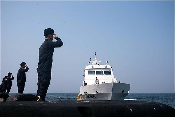 독도에 여객선이 접안하면 늠름하게 생긴 독도경비대원들이 큰 소리로 경례를 하며 관광객들을 맞이한다. 독도경비대에 뽑히기 위해서는 5~10대 1의 치열한 선발 시험을 통과해야 한다고 한다.