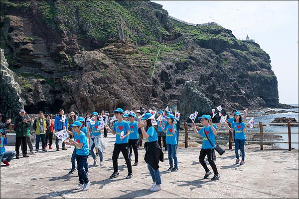 진주촉석초등학교 5학년 일행이 '독도는 우리 땅' 노래에 맞춰 율동을 하고 있다.
