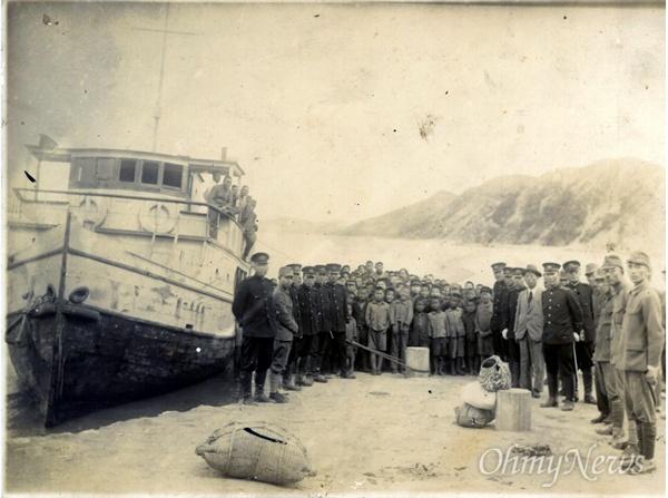 선감도에 1942년 소년 강제 수용소 선감학원이 문을 열었다. 사진은 첫 번째 원생들이 대부도 진두포구에 도착한 모습