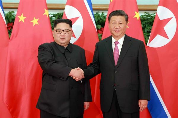 악수하는 김정은-시진핑 김정은 북한 위원장이 7일부터 이틀간 중국 다롄(大連)을 방문했다고 북한 노동당 기관지 노동신문이 9일 보도했다. 사진은 김 위원장과 시진핑(習近平) 중국 국가주석이 악수하는 모습.