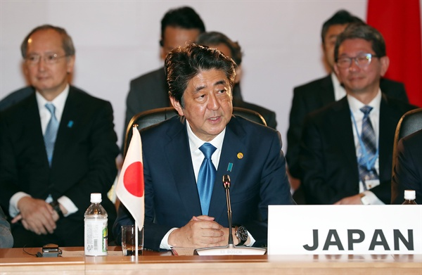 발언하는 아베 신조 일본 총리 아베 신조 일본 총리가 9일 오전 일본 도쿄 영빈관 '하고로모노마'에서 열린 제7차 한·일·중 정상회의에서 발언하고 있다.