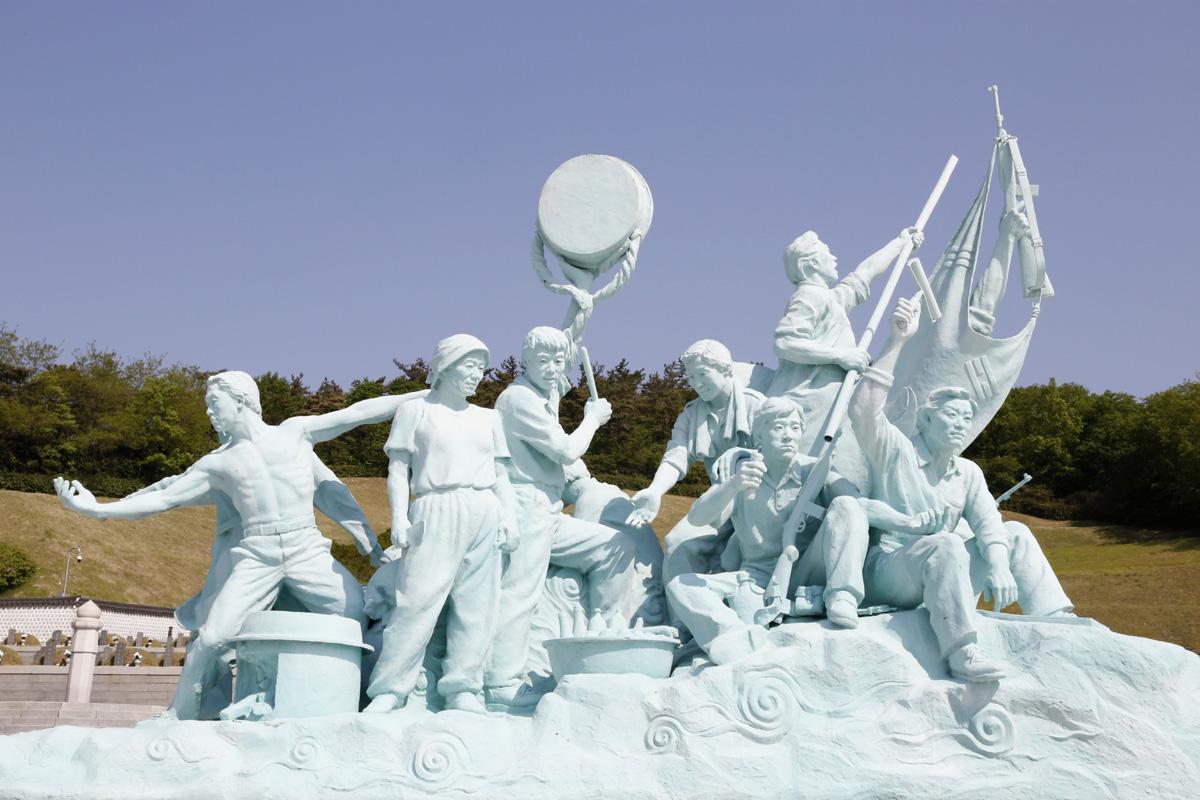 5월 항쟁은 주먹밥을 나누면서 대동세상을 추구했다. 광주 5·18민주묘지에 설치된 조형물이다.