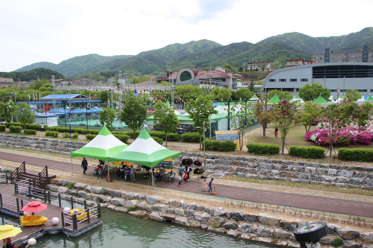 서천변의 곰취축제장