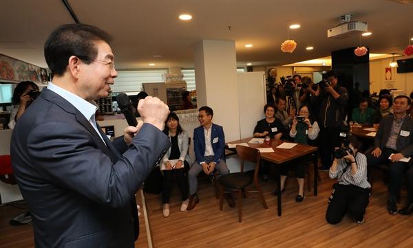 박원순 서울시장이 9일 은평구 루덴스키친에서 '서울시 50플러스 인생학교' 수료생들을 만나고 있다.