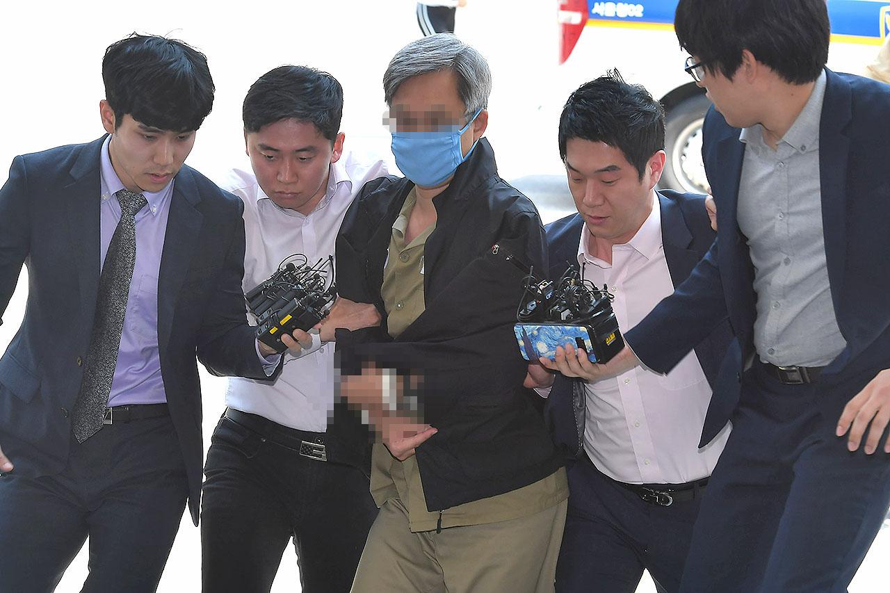 대선 전후 댓글여론 조작 의혹을 받고 있는 '드루킹' 김모(49·구속수감중)가 10일 오후 서울 중랑구 지능범죄수사대에 압송돼 조사실로 향하던 중 취재진의 질문을 받고 있다. 2018.05.10