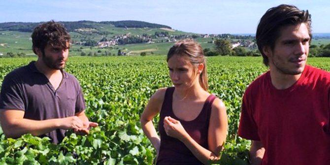 영화 '부르고뉴, 와인에서 찾은 인생'의 한 장면. 수확 시기를 위해 포도의 당도와 산도를 맛보고 있다.