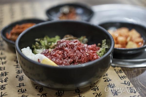만경에서 육회비빔밥으로 늦은 점심을 먹었다.