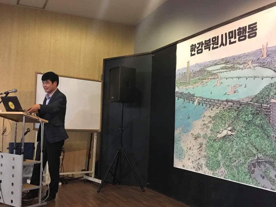 한강복원시민행동 토론회 염형철 물개혁포럼 대표가 한강복원시민행동 행사에서 사회를 보고 있다.